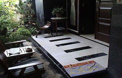 desain keramik teras rumah minimalis tapi mewah bermotif