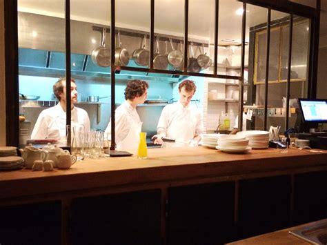 plan cuisine ouverte caillebotte plan de travail en bois vaisselle blanche