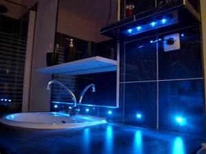carrelage du coin lavabo avec led bleues With carrelage adhesif salle de bain avec les spots led