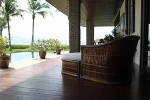 Decoration Terrasse En Bois : terrasse au bord de la piscine mobilier bambou et terrasse en bois ~ Melissatoandfro.com Idées de Décoration