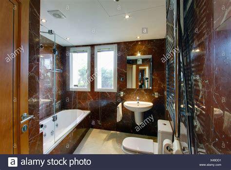 parete doccia vasca da bagno moderno in marmo marrone spagnolo bagno con specchio