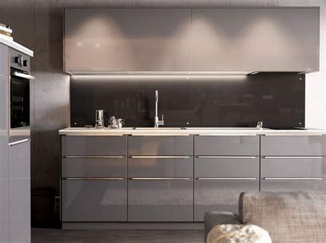 Modern, magas fény? szürke IKEA konyha, világos