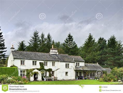 english white cottage  woodland stock photo image  england idyllic