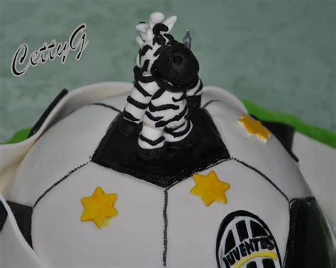 Juventus Cake!...pallone in pasta di zucchero.