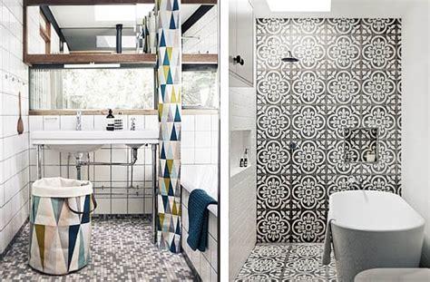 azulejos en blanco  negro  el cuarto de bano
