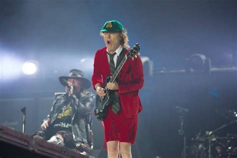 axl rose und ac dc axl rose makes debut as ac dc frontman in lisbon