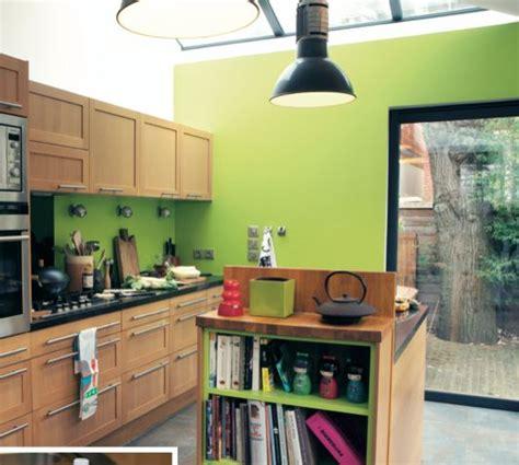 idees deco cuisine un mur coloré dans la cuisine vert anis bois cuisine fonctionnel deco idees peinture