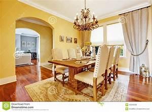 Salle A Manger De Luxe : salle manger de luxe avec la table en bois d coup e photo stock image 43245028 ~ Melissatoandfro.com Idées de Décoration