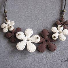 un collier fleur beige et marron chocolat texture tissu effet couture en p 226 te polym 232 re fimo