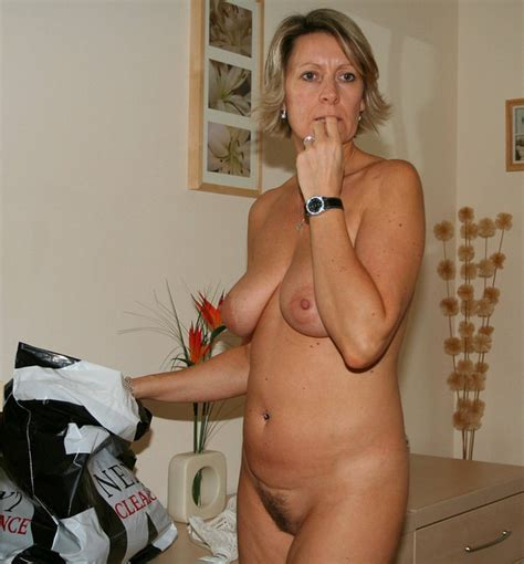 Hot Housewife Cooking Bottomless Private Milf Pics