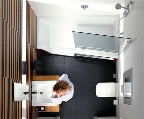 kleine badezimmer mit badewanne