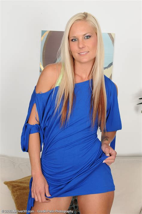 Blond Milf Mary Kelly From Milfs Takes Off And Opens Up