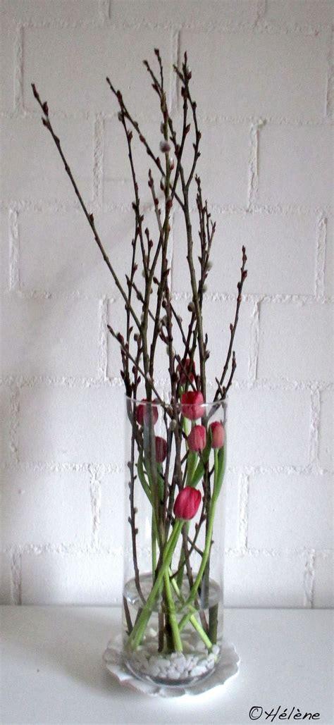 tulpen mit weidenkaetzchen im glas wohnung deko