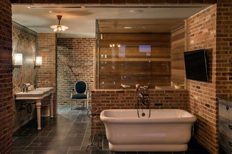 salle de bains avec briques apparentes