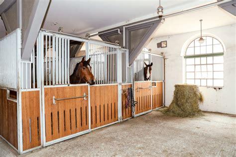 Pferdestall Innen by Ein Pferdestall Zum Wohlf 252 Hlen Gro 223 Hell Und Luftig