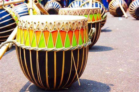 Baiklah kawan agar mempersingkat waktu mari kita simak mengenai ulasan di bawah ini. √ 20 Alat Musik Tradisional Indonesia beserta Daerah Asalnya