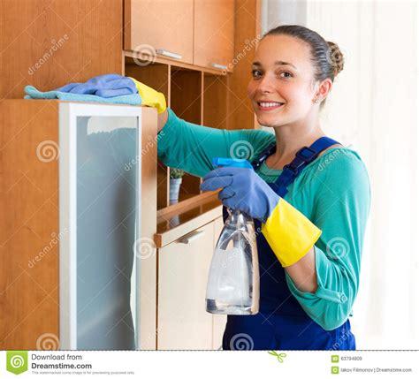 femme de bureau nettoyage de femme au bureau image stock image du