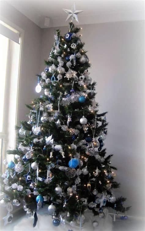 ideen fuer weihnachtsbaum schmuecken weiss und silber