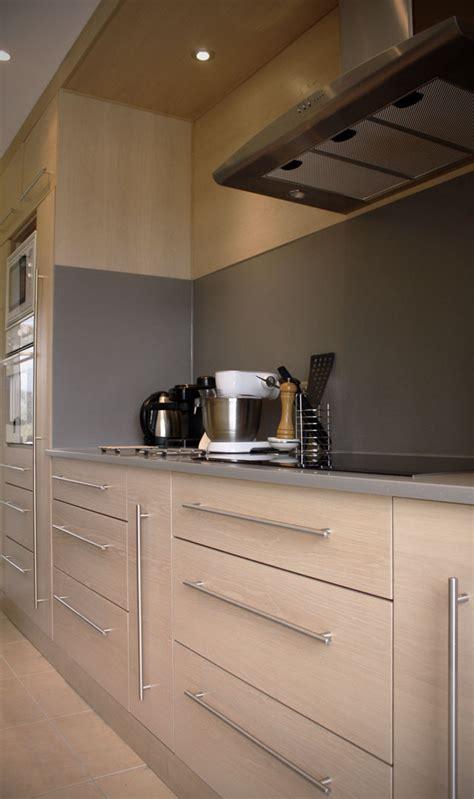 cuisine chene clair plan travail noir cuisine en chêne brossé blanchi plan de travail en