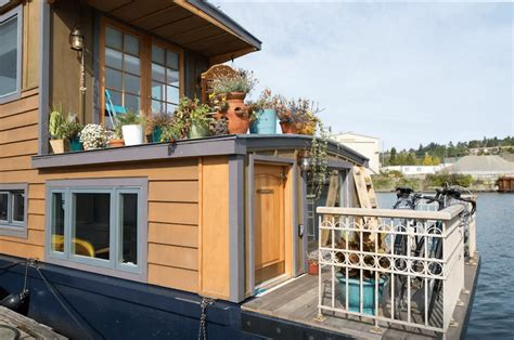 Airbnb Boat Rental Seattle by 5 Amazing Houseboats You Can Rent On Airbnb