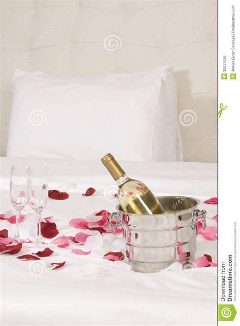 chambre d h el avec belgique chambre d 39 hôtel avec le grand lit et les fleurs rouges