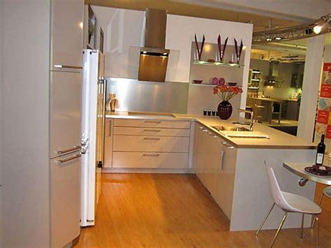 Inpura-musterküche Moderne U-küche Mit Sitzplatzlösung Zum