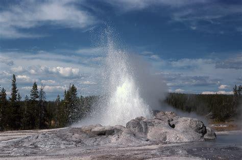 yellowstone history    minute man geyser