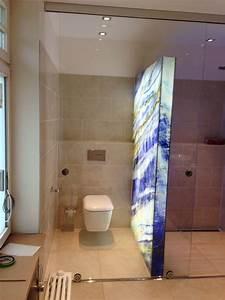 Trennwand Mit Glas : leuchtk rper aus digital bedrucktem glas als raumteiler zwischen wc und duschraum mit schiebet r ~ Sanjose-hotels-ca.com Haus und Dekorationen