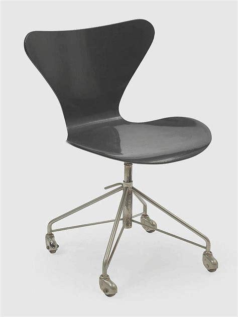 chaise roulettes arne jacobsen 1902 1971 chaise de bureau pivotante sur rou