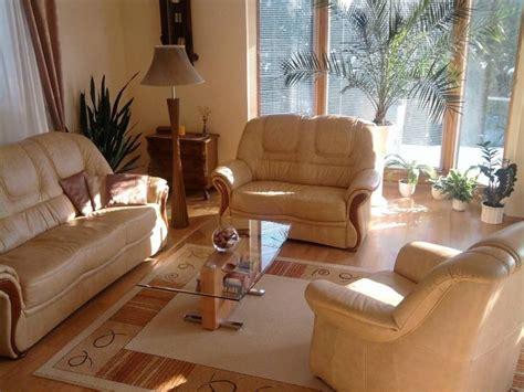 nettoyer un canapé en microfibre entretenir et nettoyer un canapé en cuir guide astuces