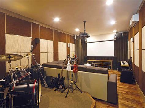 Studio musik ini didominasi dengan warna coklat agar warna kayunya dominan dan terkesan elegan. KENDERAY: Merancang Studio Musik Pribadi Di Rumah