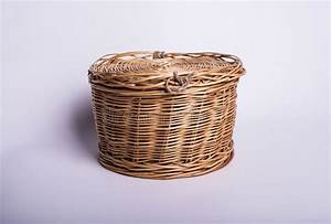 Petit Panier En Osier : petit panier en osier sur le fond blanc tonneau de ~ Dallasstarsshop.com Idées de Décoration