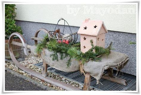 Alter Holzschlitten Als Weihnachtliche Dekoration Vor Dem