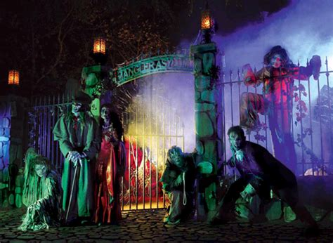 Knotts Berry Farm Halloween Decorations by How Theme Parks Embraced Halloween Attractions