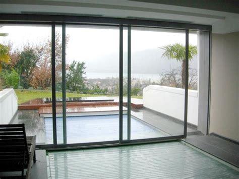 une baie vitr 233 e automatique au dessus d une piscine
