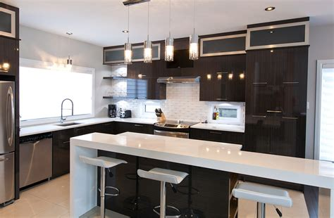 cuisine et comptoir cuisine chic avec portes de stratifié au fini lustré et