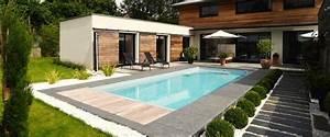 amenager autour piscine dalles pierres piscine With jardin autour d une piscine 8 menuiserie exterieure platelage de piscine terrasse bois