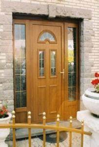 la porte d39entree en pvc resiste bien aux agressions With porte d entrée pvc imitation bois