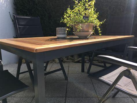 Alten Tisch Aufarbeiten by Terrassentisch Aufarbeiten Ein Alter Holz Gartentisch In