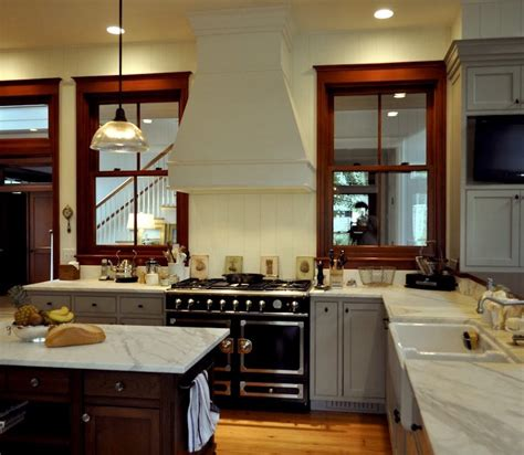kitchen paint colors with wood trim the stained wood stays what paint colors will go with it