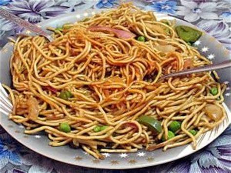 cuisiner des nouilles chinoises nouilles chinoises sautées aux légumes et aux oeufs