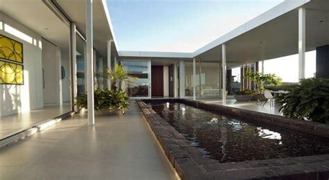 elegante casa alrededor de un patio