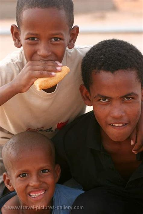 Pictures of Mauritania-0033 - boys playing, eating bread