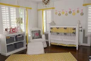 Chambre Bebe Jaune : 7 inspirations de chambres de b b p tillantes en jaune et gris ~ Nature-et-papiers.com Idées de Décoration