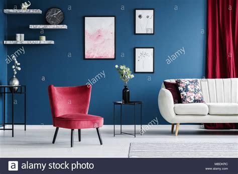 Poltrona Rossa E Poster In Blu Salotto Interno Con Divano