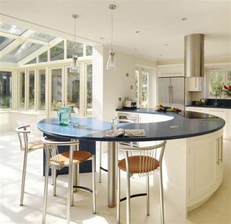 cuisine ouverte avec ilot table la cuisine arrondie dans 41 photos pleines d 39 idées