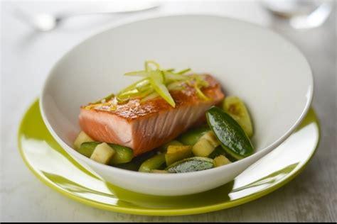 cuisiner des pav駸 de saumon recette de pavé de saumon mi cuit concombre et pomme verte recette