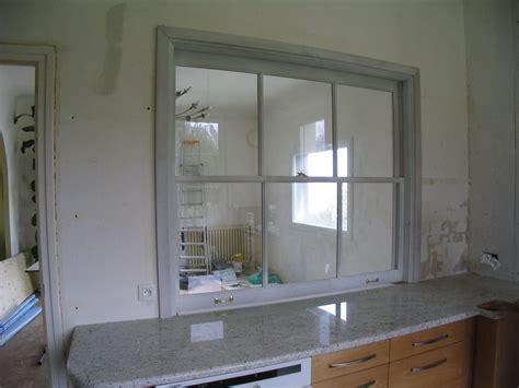 cuisine avec ouverture passe plat fenêtre à guillotine sur cuisine encastrée séparation