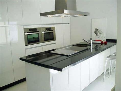 cocina  isla una casa minimalista en blanco  negro