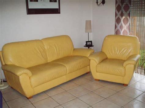 canape cuir jaune vends canapé 3 places et un fauteuil en cuir jaune